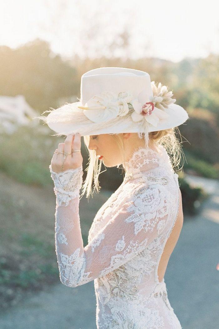 Noiva com chapéu com pequeno arranjo floral vestido de renda