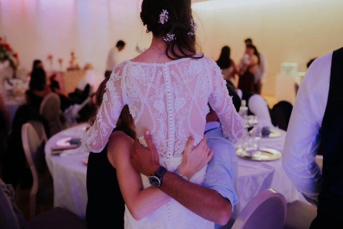 Noiva de costas num abraço foto Makemyday
