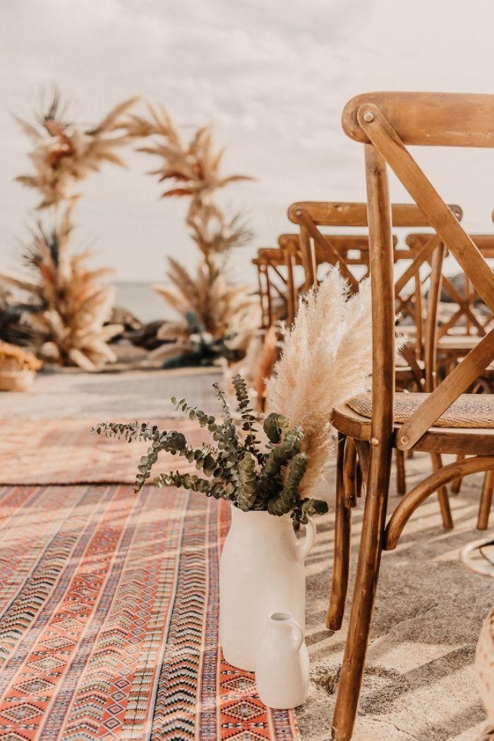 arco de cerimónia de casamento pampas cadeira e corredor com tapete étnico