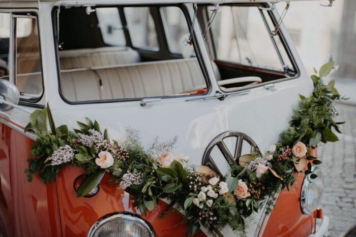 carrinha pão de forma volkswagen enfeitada com coroa de flores LeTaxiDanielaRodrigues