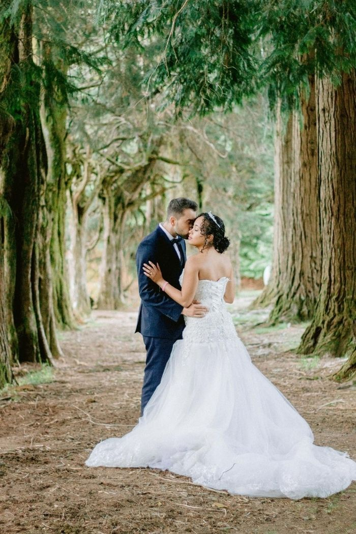 noivos no bosque
