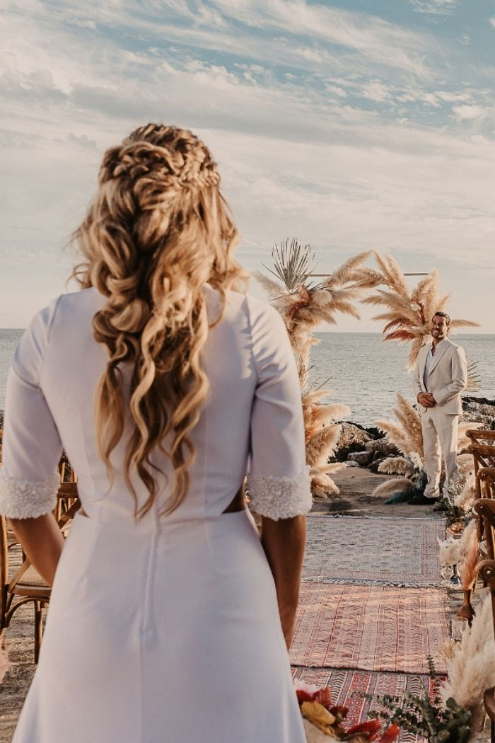 entrada da noiva noivo à espera casamento praia arco de pampas