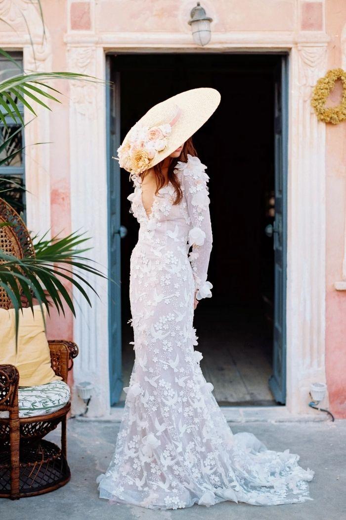 noiva de chapéu de palha de abas largas com flores vestido com aplicações florais 3D