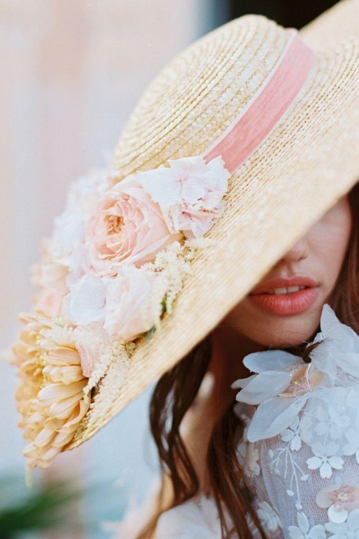 noiva com chapéu de palha abas largas inclinado com arranjo floral