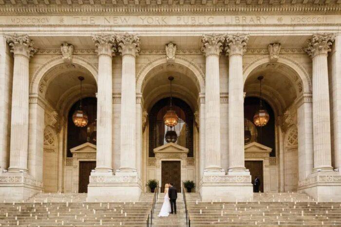 casal noivos casamento na escadaria da biblioteca pública de nova iorque