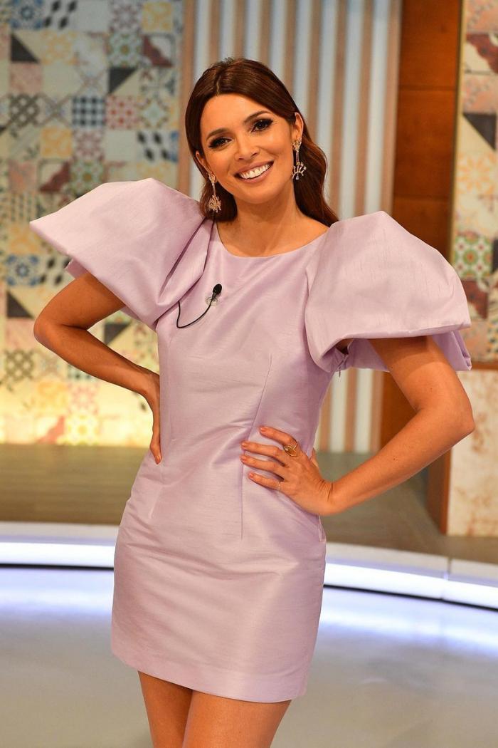Maria Cerqueira vestido lilás curto que acompanha as linhas do corpo com mangas curtas enormes em balão