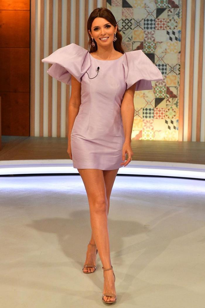 Maria Cerqueira vestido lilás curto que acompanha as linhas do corpo com mangas curtas enormes em balão pontiagudas