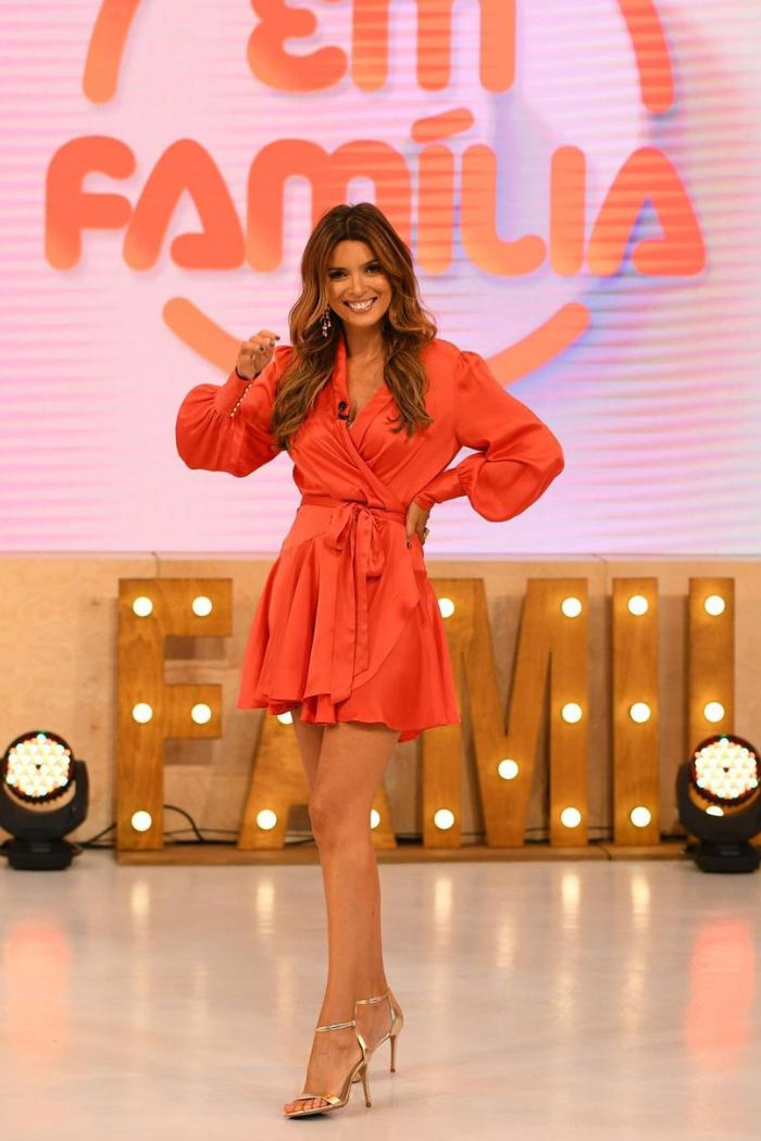 maria cerqueira gomes vestido curto laranja com manga comprida abalonada a apresentar programa da TVI Em Familia