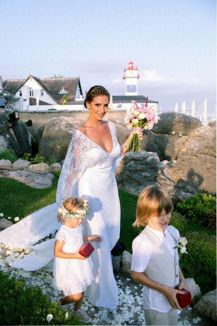 foto mariana gama noiva com crianças casamento vestido simples esvoaçante