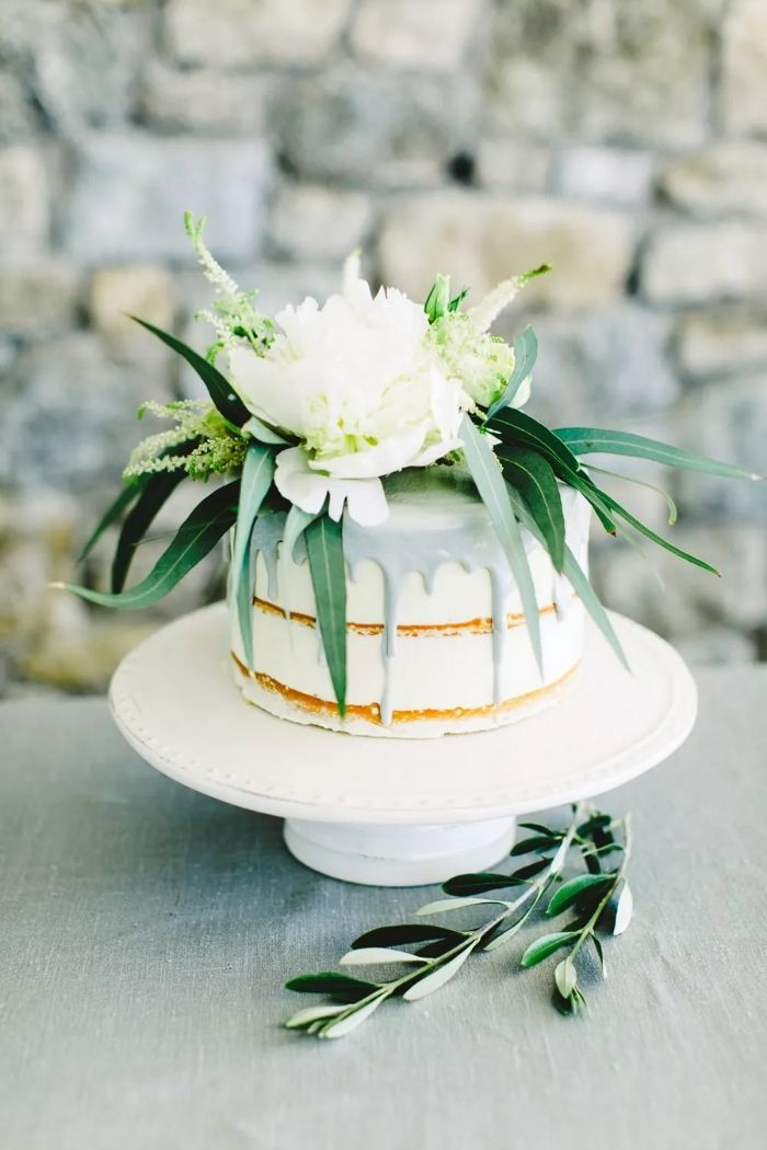 PHOTO BY ANNA ROUSSOS PHOTOGRAPHY; CAKE BY PAVLOV'S LAB; FLORALS BY RED BOX DAYS