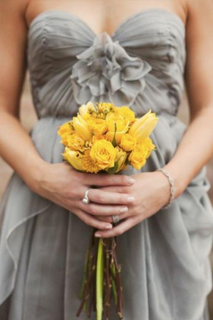 cinza e amarelo dama de honor pantone 2021