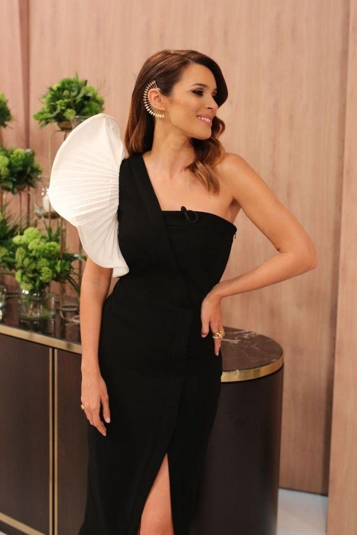 maria cerqueira gomes vestido preto um ombro com folho XL em branco