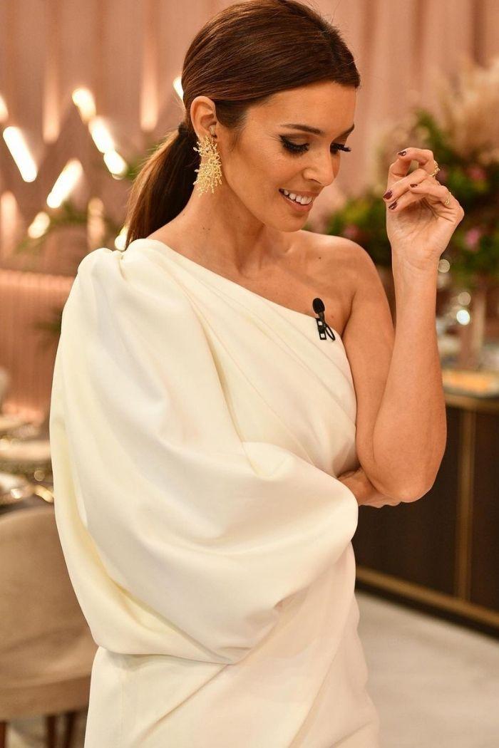 maria cerqueira perfil cabelo apanhado vestido branco um só ombro branco