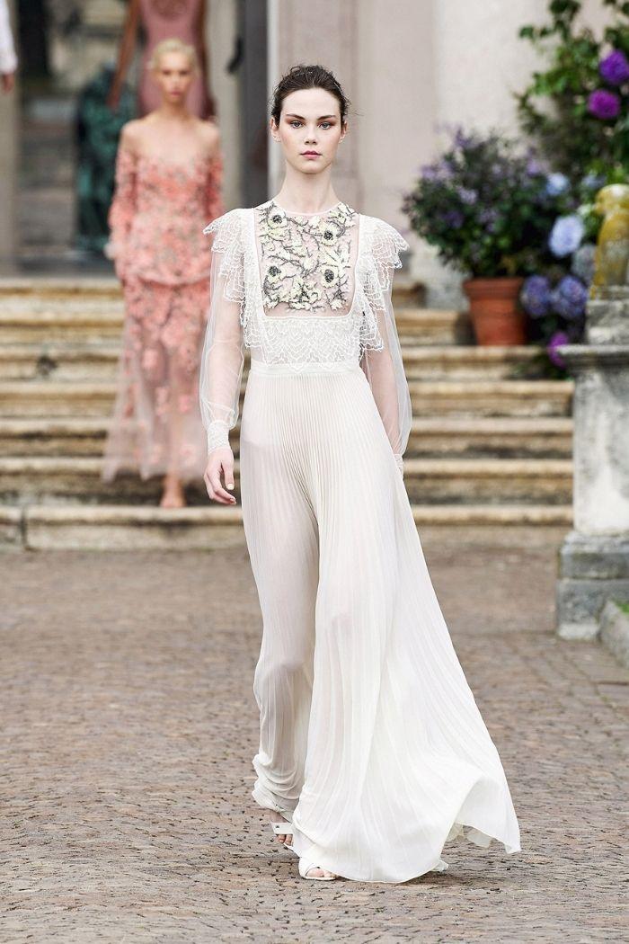 modelo com vestido branco comprido com pedraria no peito da marca Elisabetta Franchi