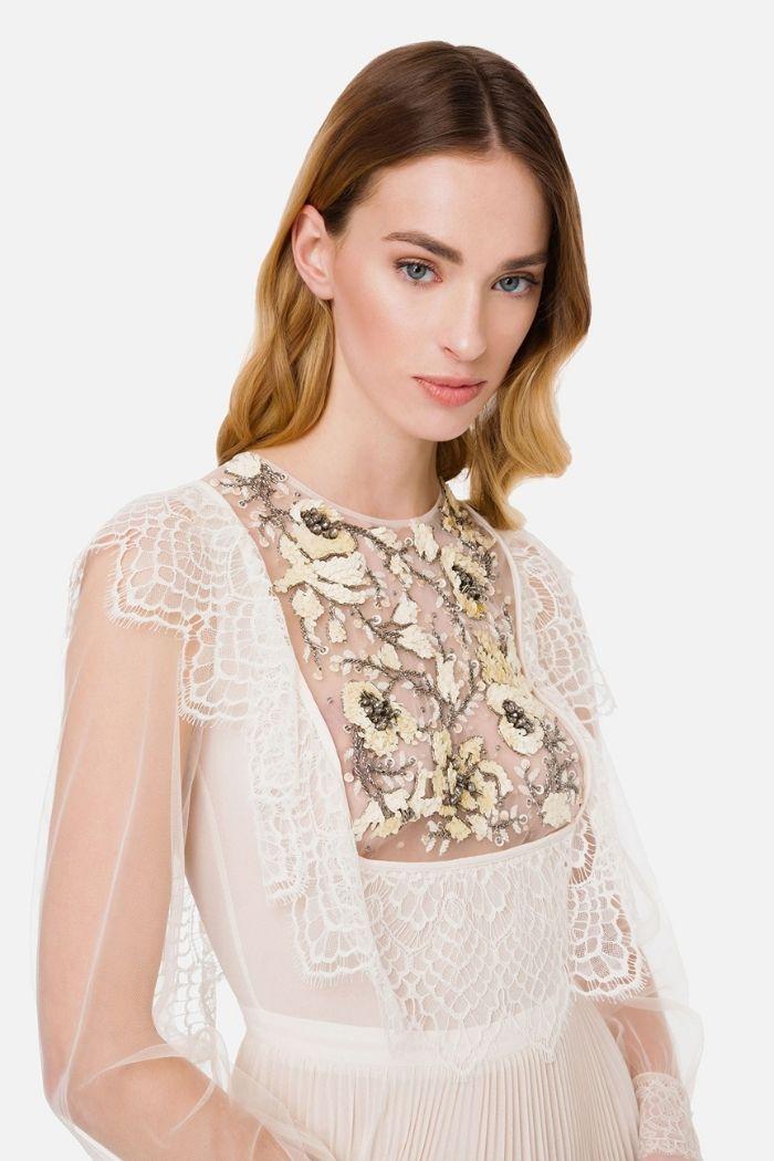 modelo com vestido branco com pedraria no peito da marca Elisabetta Franchi