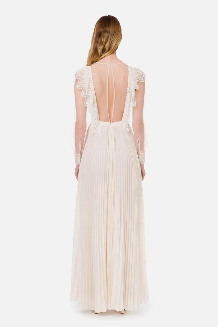 modelo com vestido branco comprido de costas abertas Elisabetta Franchi
