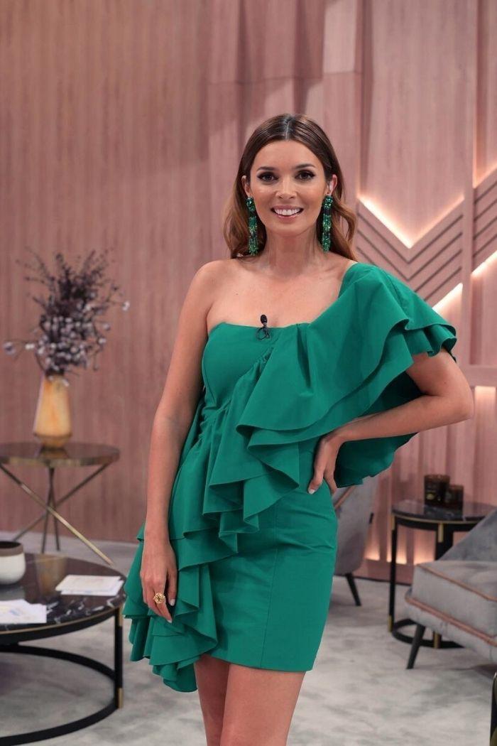 maria cerqueira gome com vestido verde curto com folho verde cenário TVI