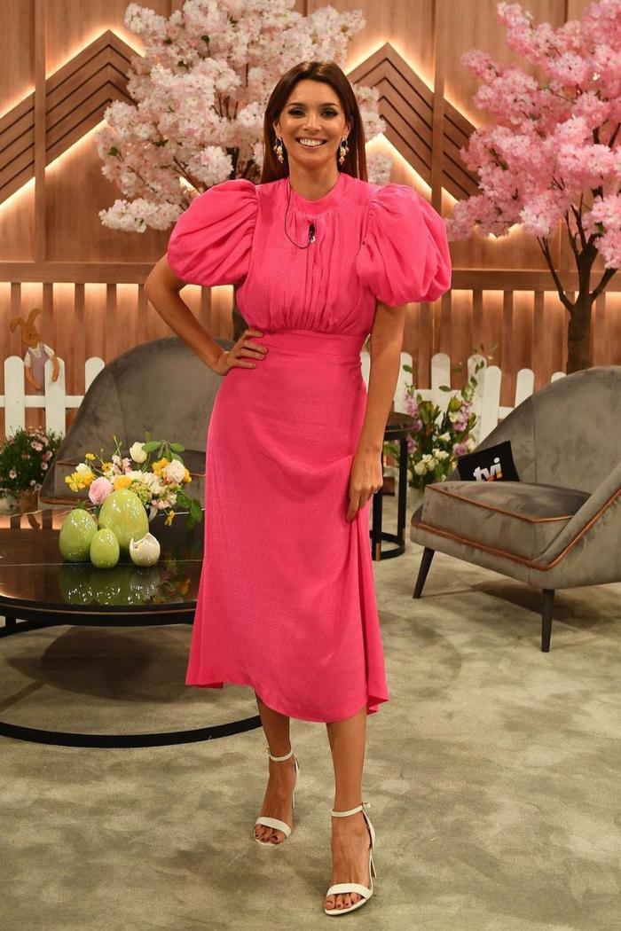 maria cerqueira gomes com vestido rosa programa TV