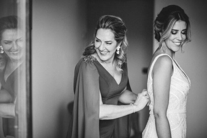 mãe ajuda filha a vestir vestido de noiva casamento foto aguiam wedding photography