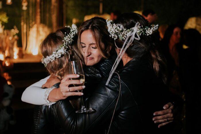 noiva abraça a amigas makemyday photo fimls
