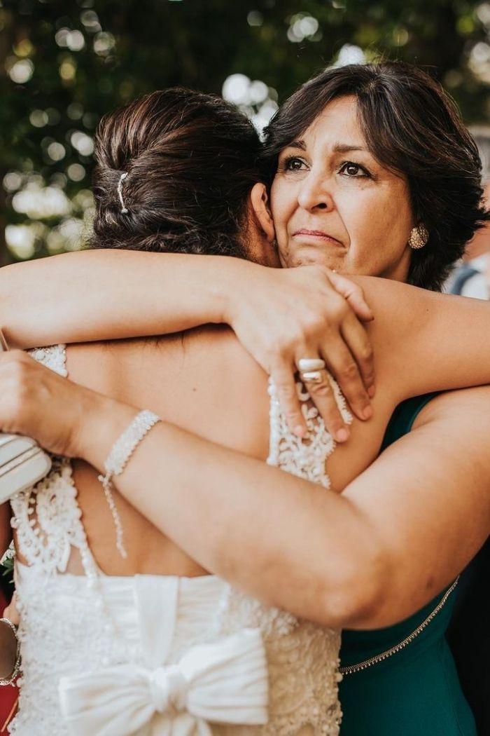 dia da mãe mãe abraça noiva casamento foto hugo coelho