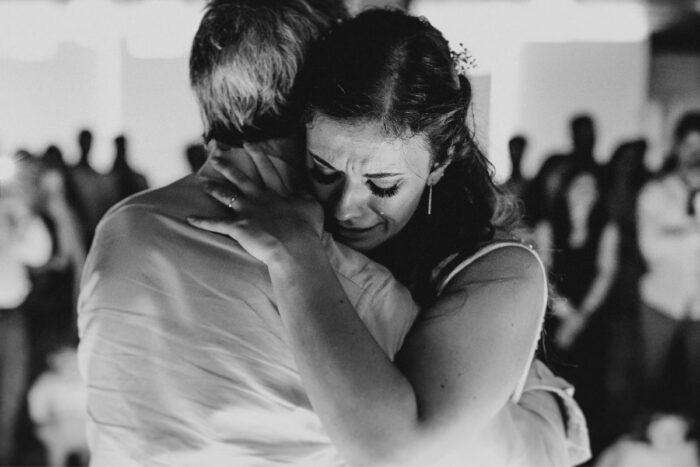 noiva abraça emoção momentos do casamento makemyday