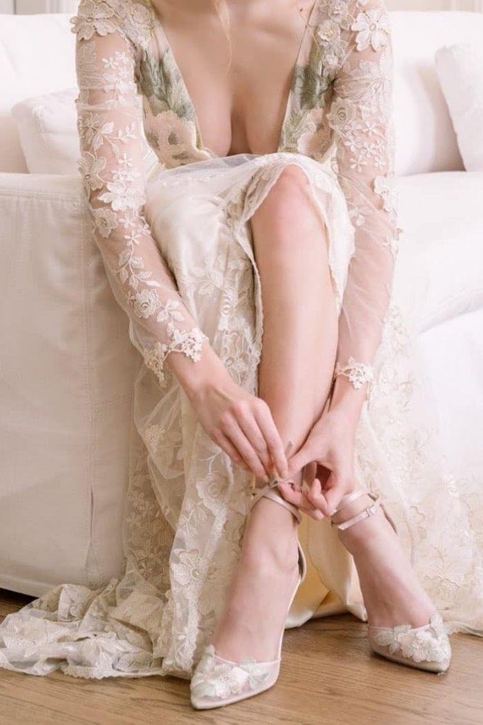 noiva sentada sapatos de noiva renda transparente vestido de noiva com estampado e decote