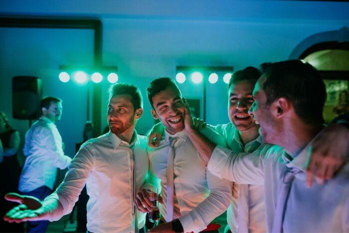 amigos do noivo casamento emoção felicidade amizade