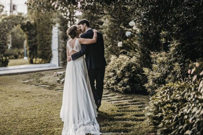 noivos beijo casamento campo