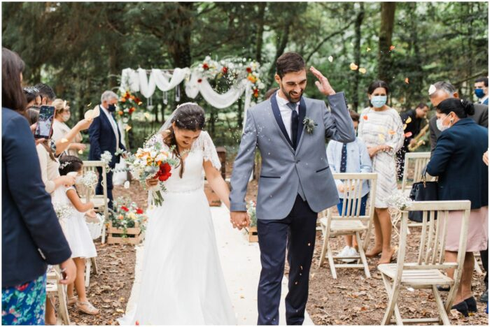 saída dos noivos da cerimónia de casamento civil ao ar livre na floresta
