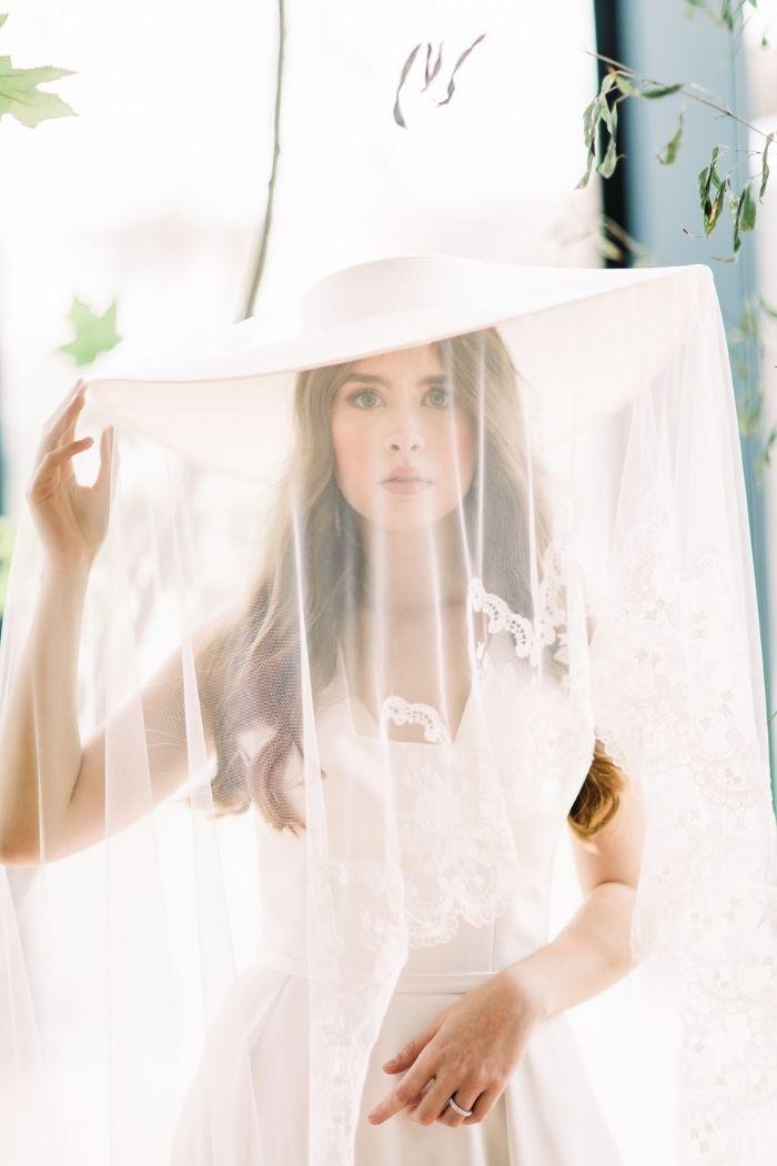 Noiva de chapéu abas largas e véu