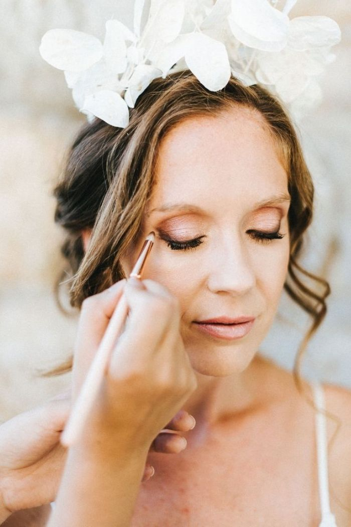 grande plano do rosto da noiva a ser maquilhada