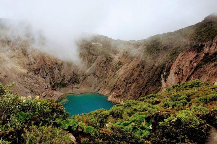 lago no meio de montanhas costa rica