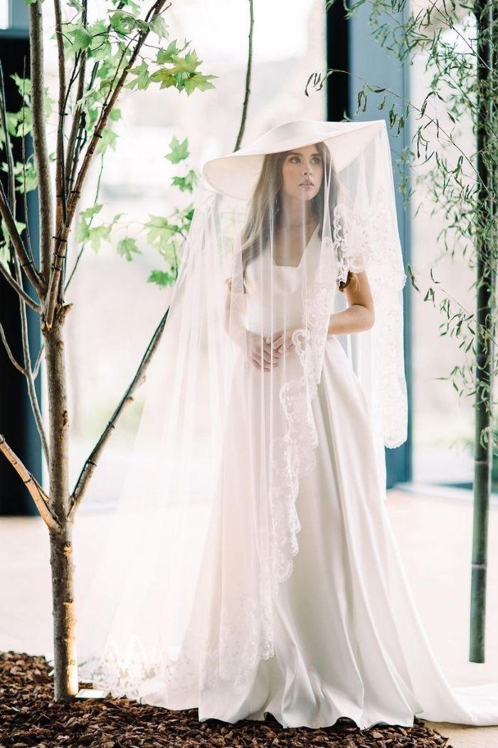 Noiva com chapéu e véu vestido simples com mangas