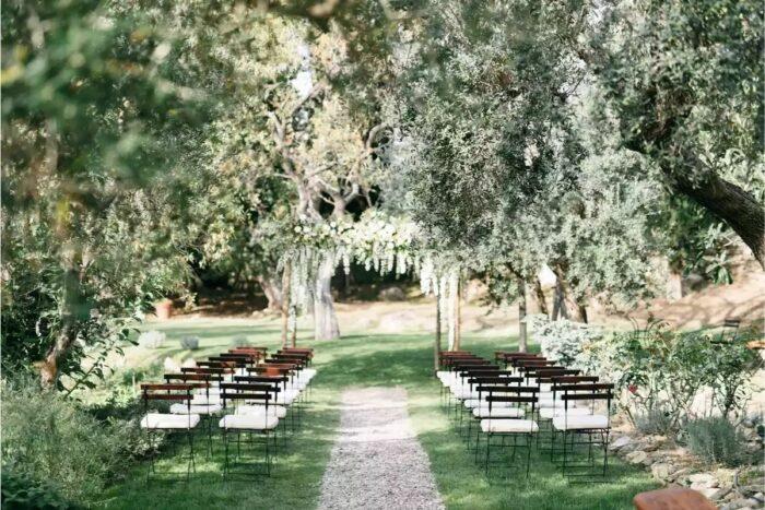 local de cerimónia civil de casamento no campo flores brancas verde exuberante