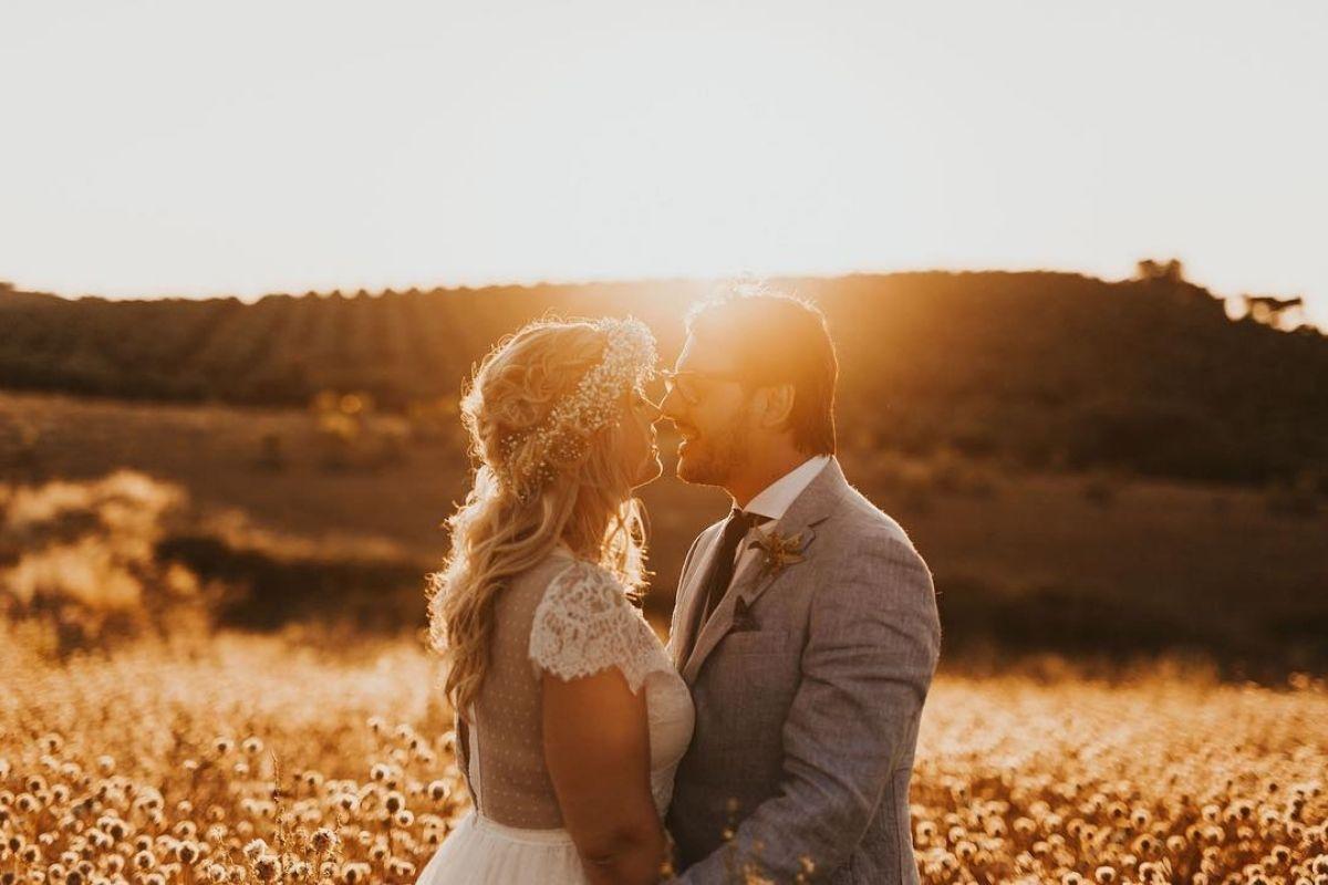 Noivos campo por do sol foto gaiola dourada