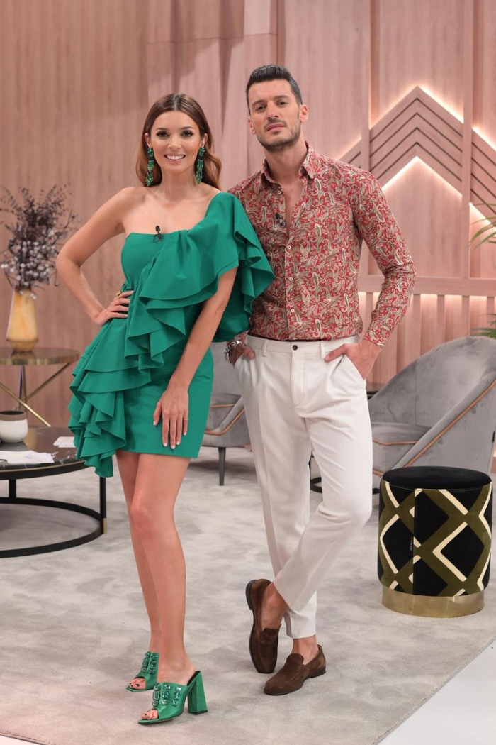 maria cerqueira gomes com vestido verde e e sapatos verdes e ruben rua cm camisa estampada em marron e calça branca
