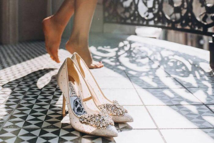 sapatos em grande plano e pés descalços atrás